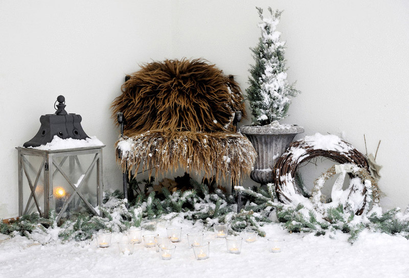 Подчеркнуть зимнее оформление можно с помощью меха на мебели и под ёлочкой