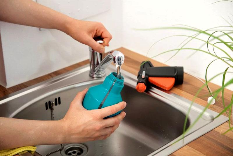 Очень удобно завести на кухне пульверизатор, в котором вы разведёте воду с уксусом