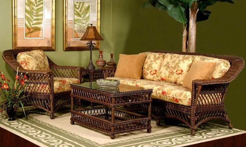 Чтобы балконная или дачная плетёная мебель не рассыхалась, можно время от времени протирать её маслом