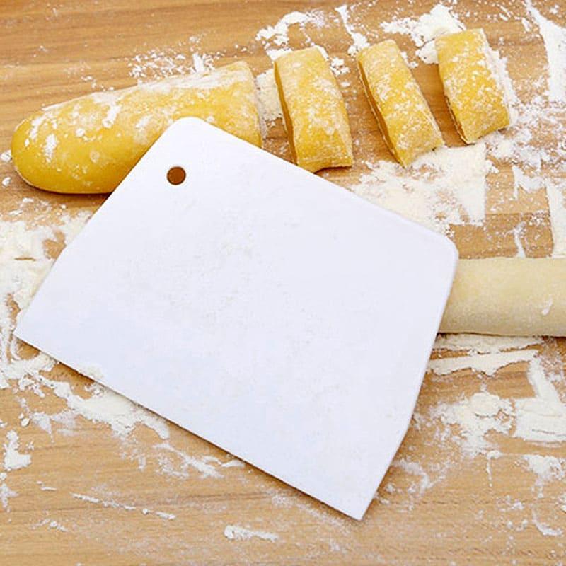 Скребок для теста позволяет и резать, и использовать его в качестве лопатки