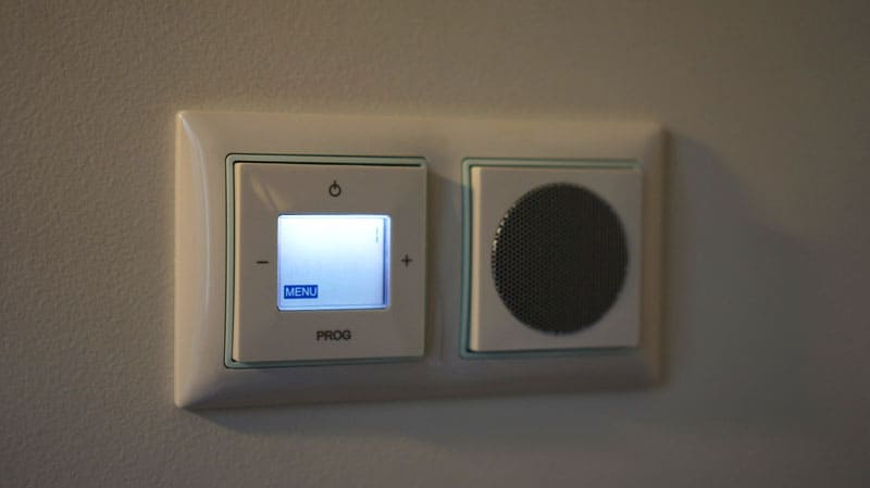 Сенсорно-механическая панель, совмещённая с будильником – такой не отключить, протянув руку, придётся вставать