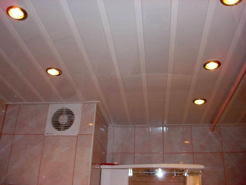 Потолки в ванной из ПВХ панелей