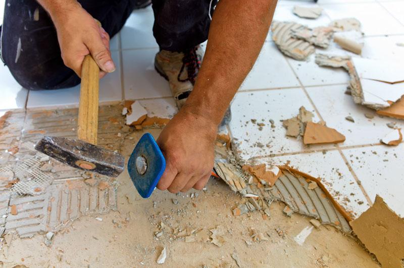 Самостоятельно сбив старую плитку и удалив краску можно хорошо сэкономить