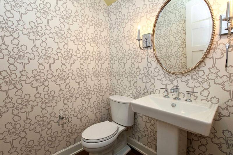 Обои – неплохой вариант для отделки стен в ванной комнате