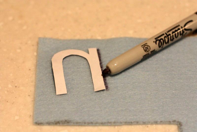Фломастером обвести шаблон из картона или плотной бумаги