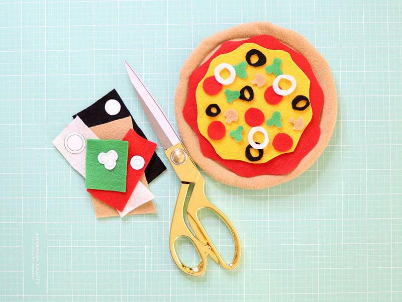 Ингредиенты вырезать из цветного фетра и приклеить к пицце