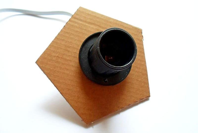 Вставить патрон в основу, для кабеля также понадобится надрез в основании