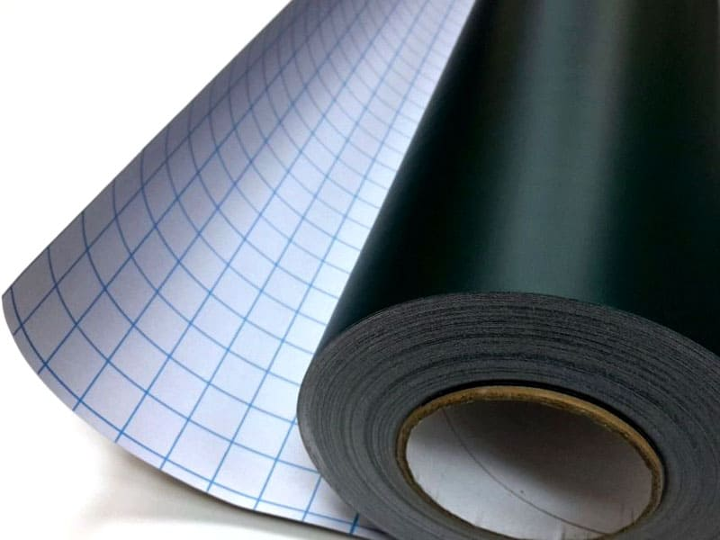 Чтобы не произошло слипание поверхности в рулоне, клеевой состав покрыт защитным слоем, который отделяется во время поклейки