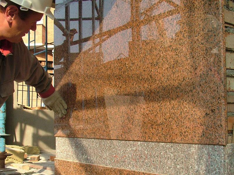 Монтаж искусственного камня практически не отличается от укладки любой плитки