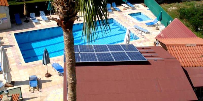 Здания располагают не просто по желанию, а с учётом солнечной освещённости: это позволяет снизить энергозатраты по нагреванию и охлаждению