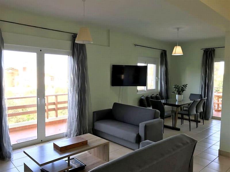 Как только попадаешь в киприотское жилище, то замечаешь отсутствие перегородок: кухня, столовая, гостиная, холл – всё едино