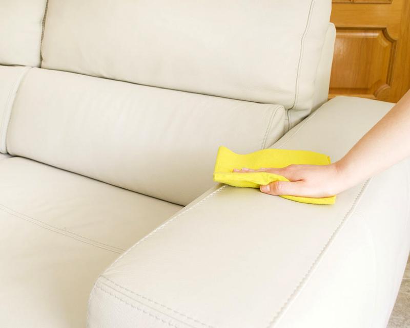 Кожаную мебель мочить нельзя, её можно протирать только увлажненной тряпочкой