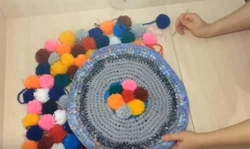  Домашний уют своими руками: мастер-классы по изготовлению разнообразных ковриков из помпонов