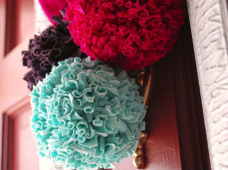 Пушистые шарики из трикотажных полосочек