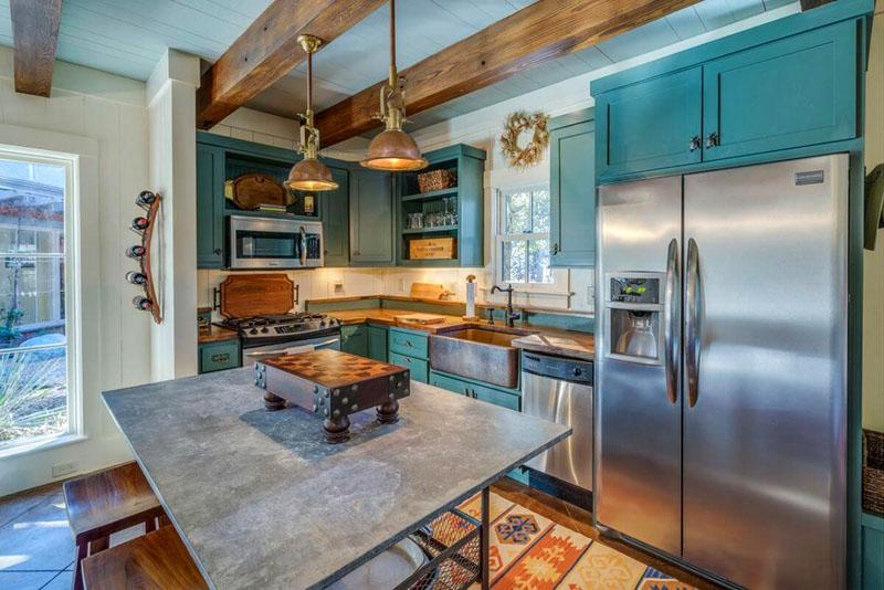 Особенно хороши деревянные балки в сочетании с беленым потолком или потолком из окрашенных деревянных досок в белый или бежевый цвет