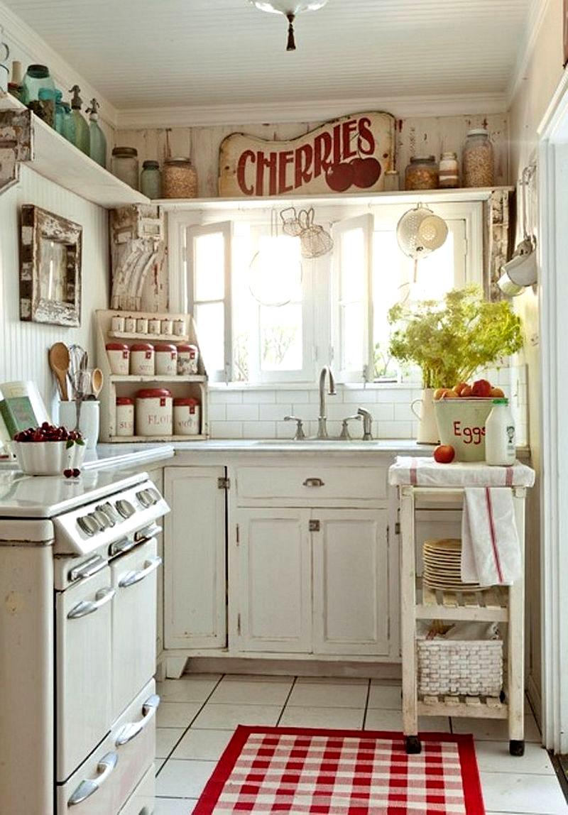 Для маленькой кухни хороши полки с баночками на верхнем ярусе, тематические панно, баночки для специй