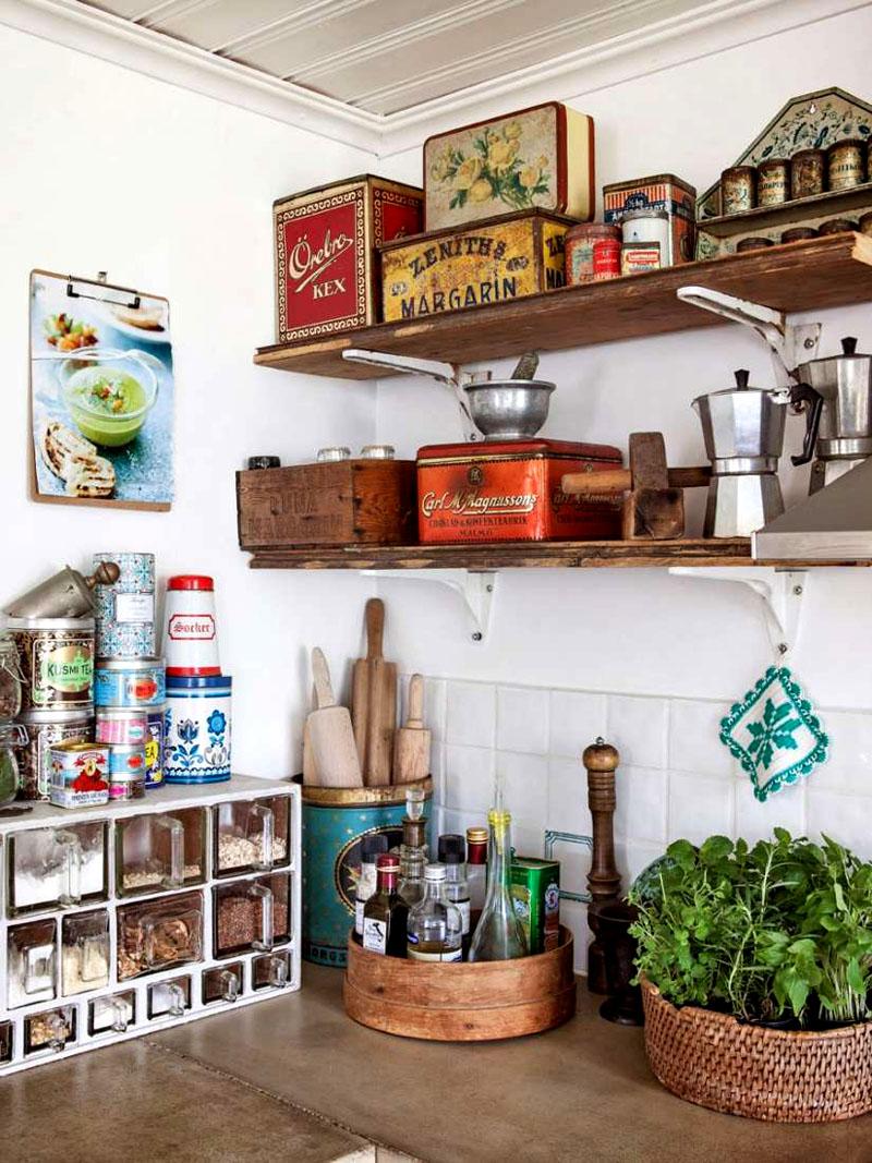 Кухонный уголок можно оформить в виде оригинальных чемоданчиков