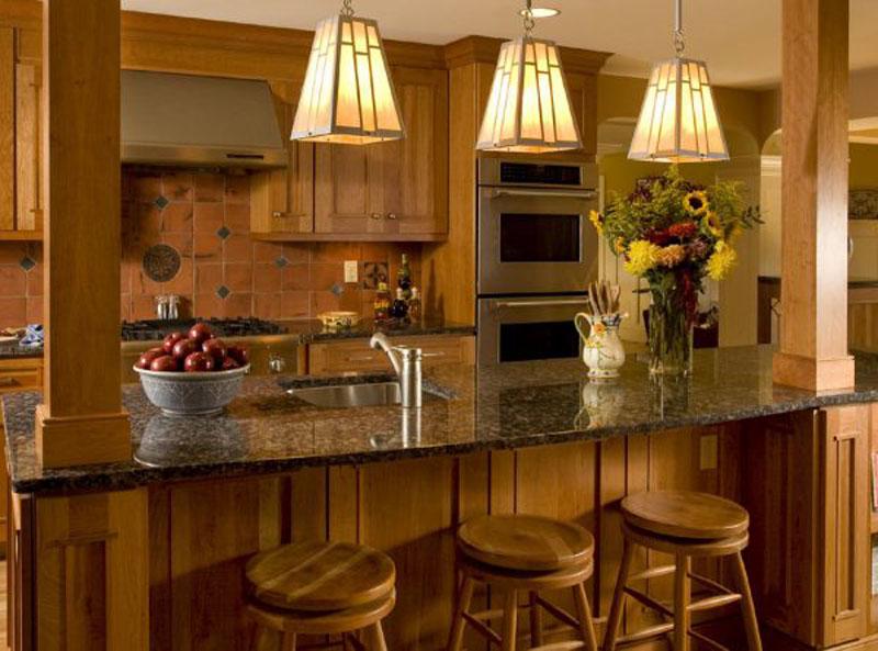 Над обеденной зоной размещают 2-3 одинаковых неярких светильника