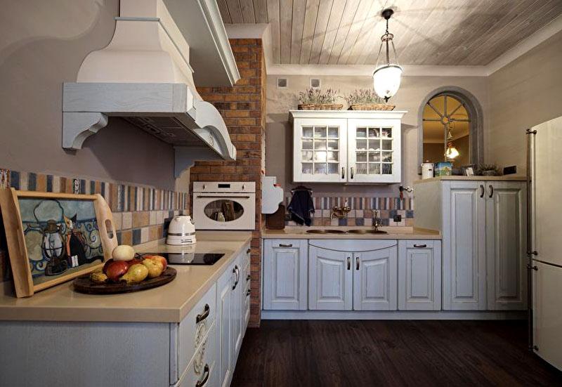 Для кухонь светлых тонов может вполне хватить и одного потолочного светильника