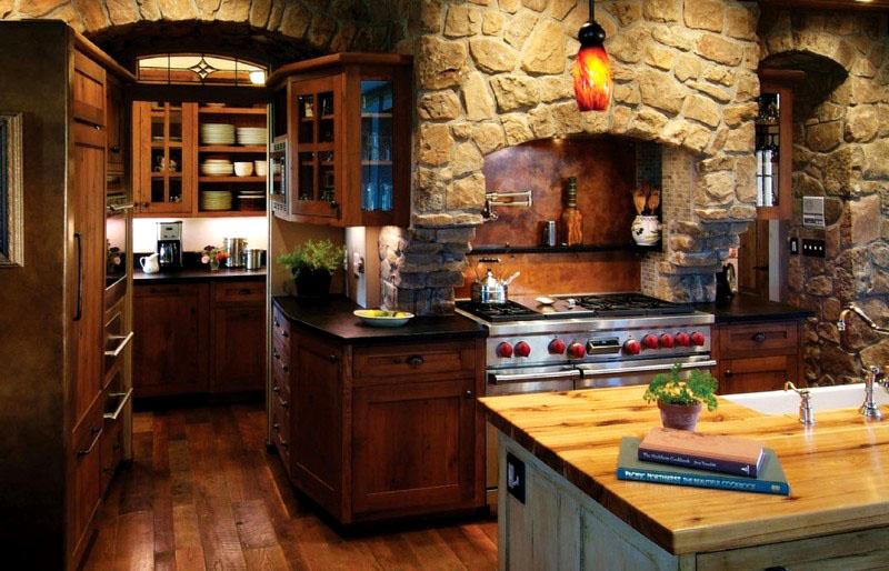 Американская кухня в деревенском стиле выглядит, словно охотничий домик. В таком интерьере уместна каменная отделка или камин