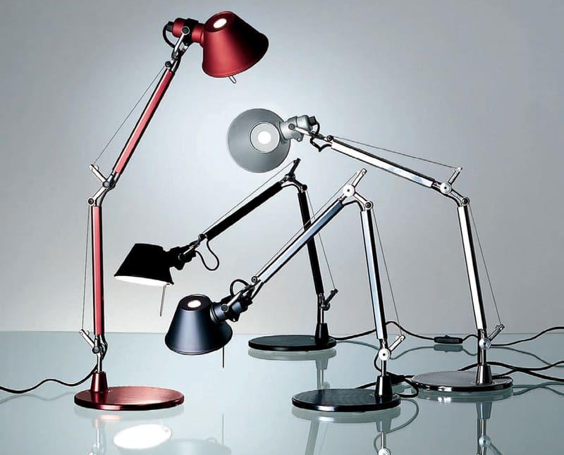 Для рабочего прибора лучше подбирать непрозрачный плафон – так свет не будет попадать в глаза
