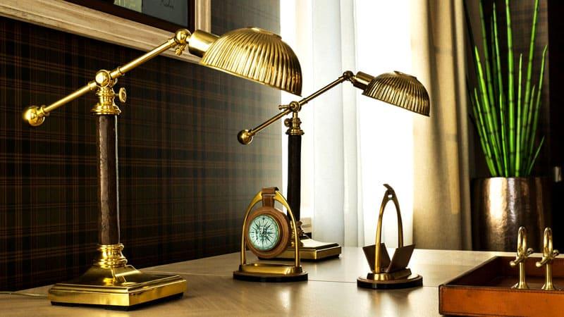 Для фиксации лампы могут меть широкие основание с нескользящей подошвой – обычно это небольшие модели для чтения и письма