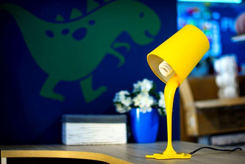 В детскую комнату лучше не приобретать лампы со стеклянными плафонами, потому что они довольно хрупкие