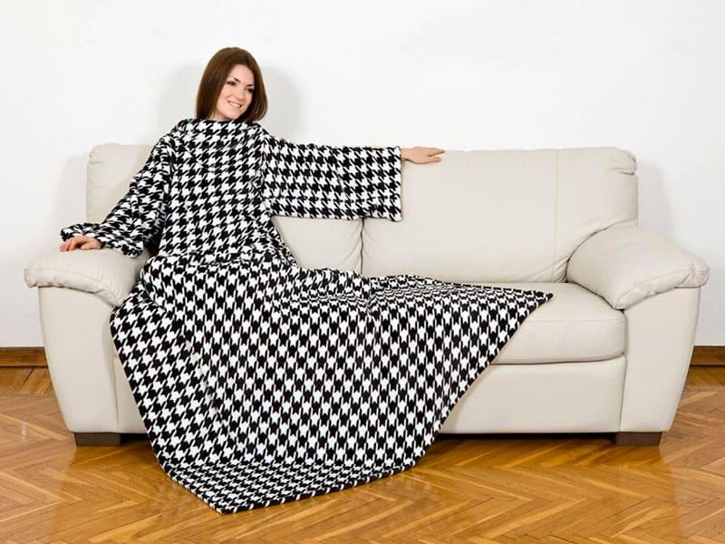 Мягкая фактура и небольшой вес делают этот материал идеальным для изготовления пледов и одеял