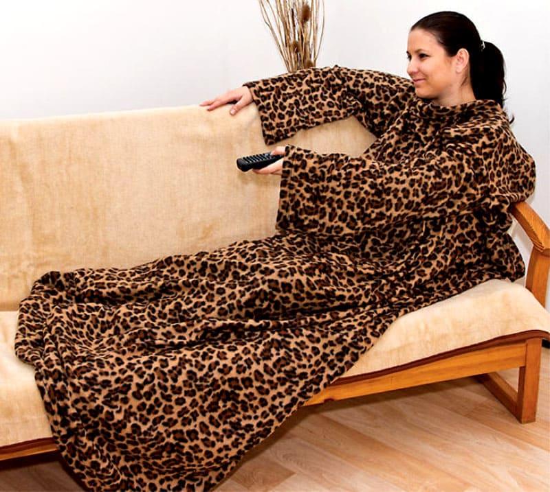 Мягкое тепло в любую погоду – плед с рукавами: новинка для тех, кто любит нежиться под одеялом