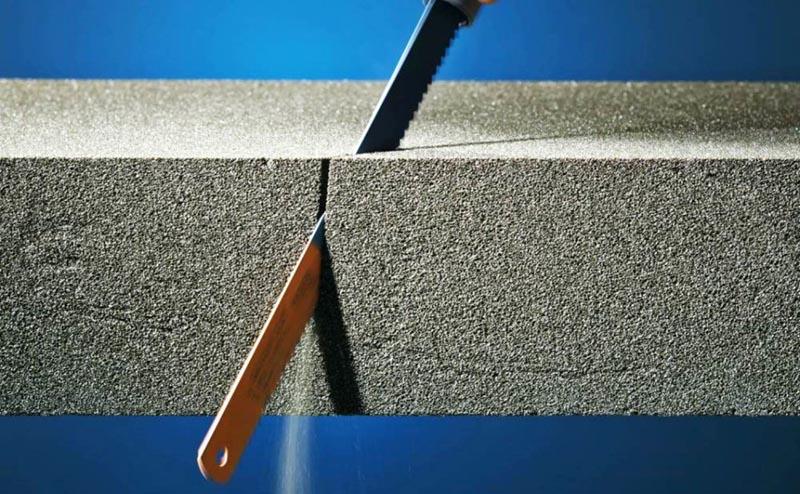 Пеностекло легко обрабатывается – плиту можно разделить на части нужных размеров обычной ножовкой по металлу