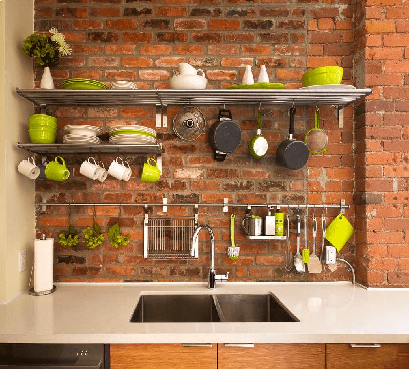 На маленькой кухне можно отказаться от верхнего шкафчика в пользу рейлингов