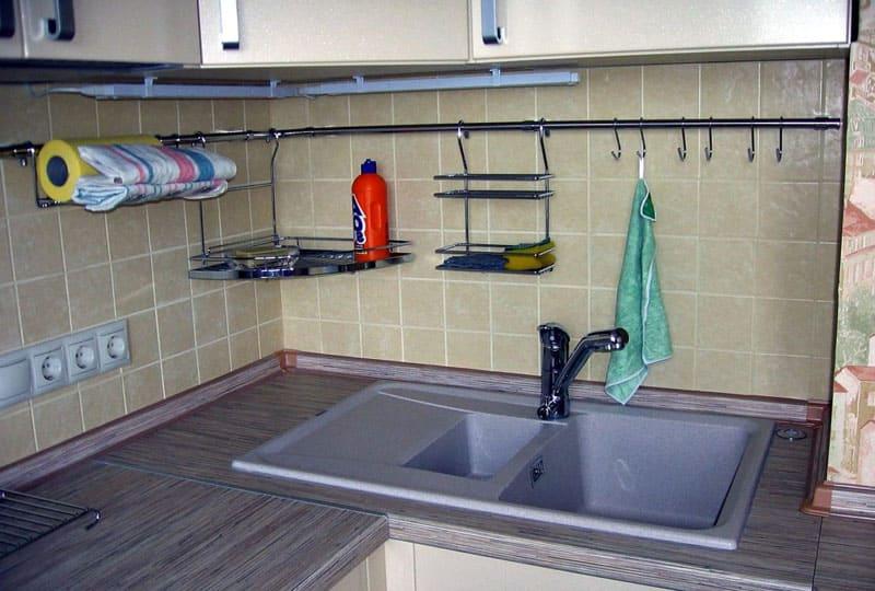 Угловая система возле мойки поможет комфортно организовать хранение моющих средств и полотенец