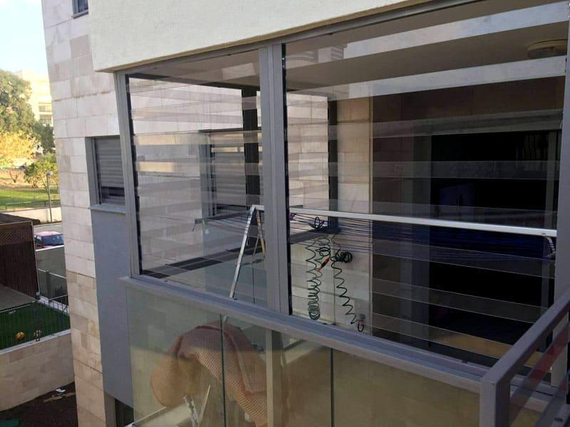 Справиться с прозрачной решёткой на окне под силу не каждому