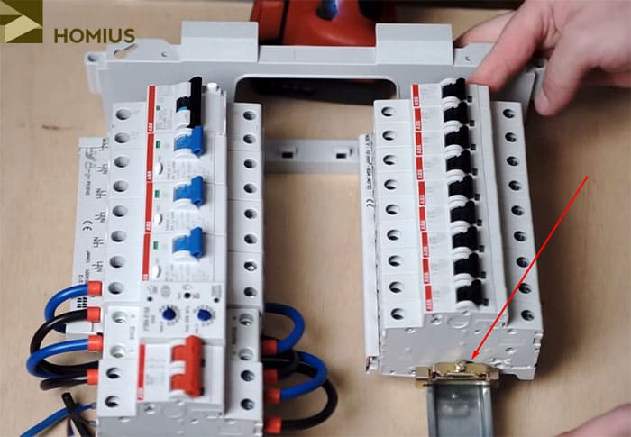 Фиксатор поможет закрепить автоматы на DIN-рейке, чтобы они не двигались