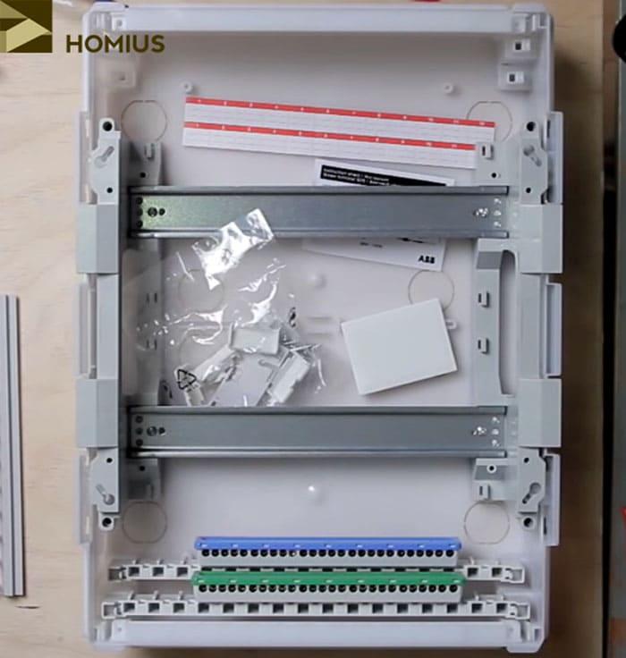 Пластиковый бокс с двумя DIN-рейками, заземляющей и нулевой планкой
