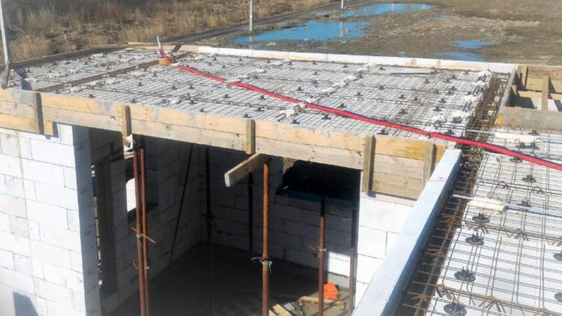За счёт малого веса конструкции уменьшается нагрузка на несущие стены и фундамент
