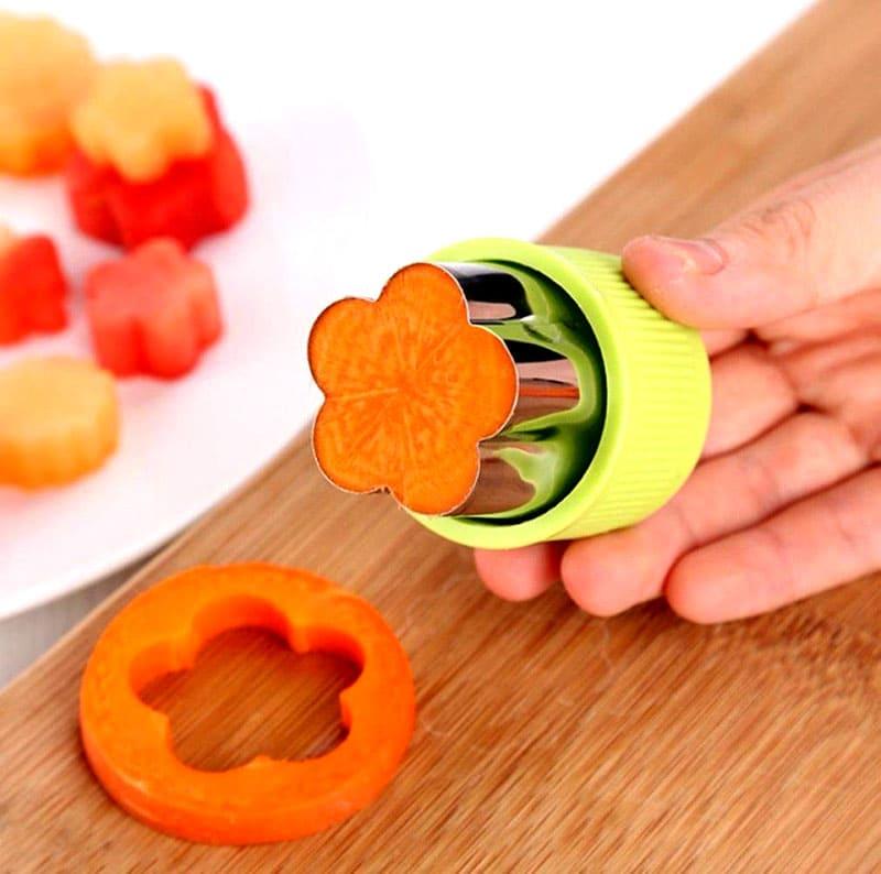 Набор из восьми формочек разного размера и рисунка поможет вам украсить выпечку – кусочками фруктов, салат – цветами из овощей