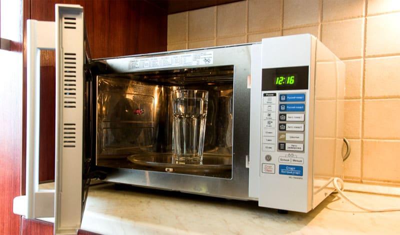 Набрать в стакан 150-200 мл воды, до края должно оставаться около 4 см