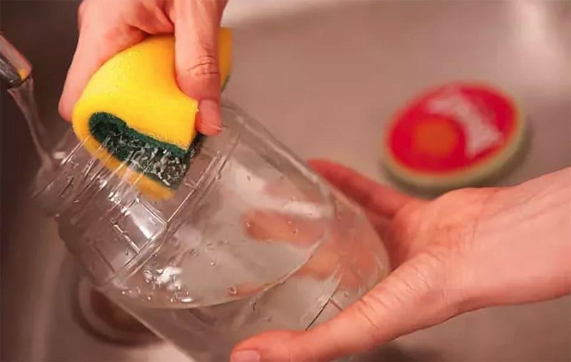 Горлышко следует тщательно протереть губкой с содой