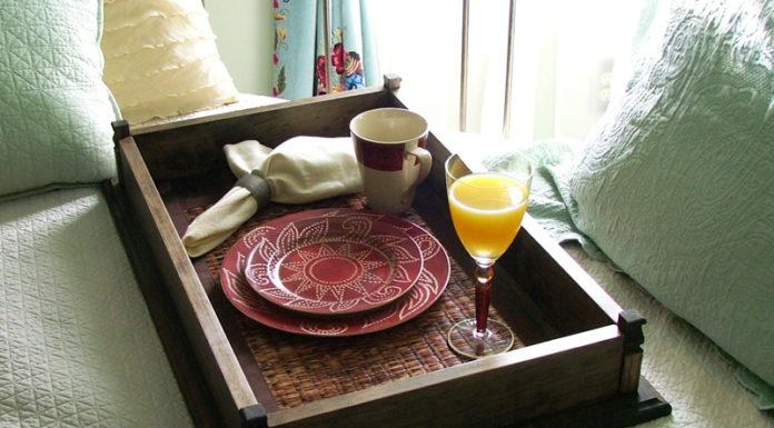 Поднос для завтрака в постель своими руками