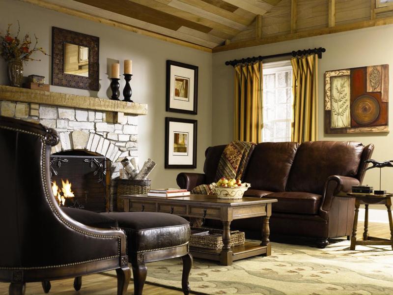 Поверхности мебели украшают металлические накладки, обивка зачастую кожаная