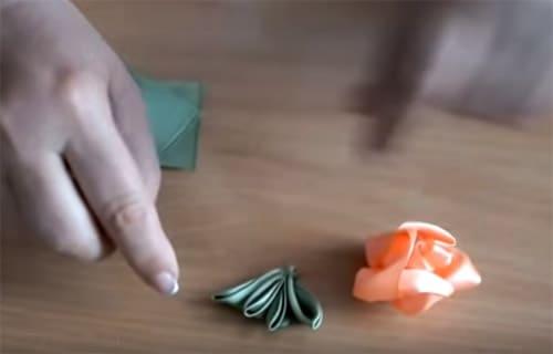 Оригинальные идеи изготовления своими руками топиария из атласных лент