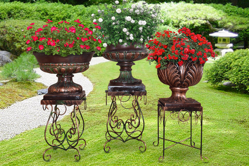 Особенно красивы кованые цветочницы