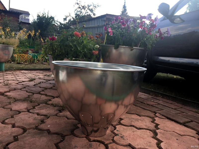 Хороший стильный внешний вид, но почва в таких контейнерах сильно нагревается, а воздух стенки металла не пропускают