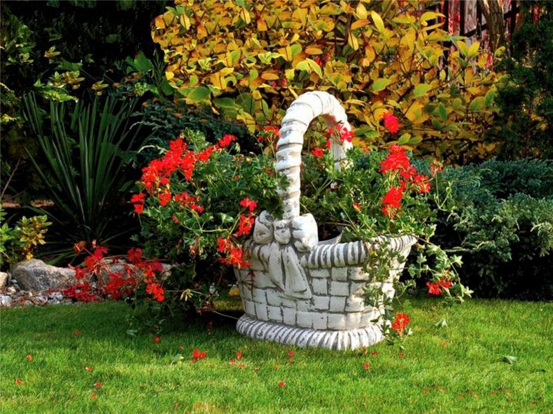 Каменная красота только подчеркнёт все выгодные места садовой зоны