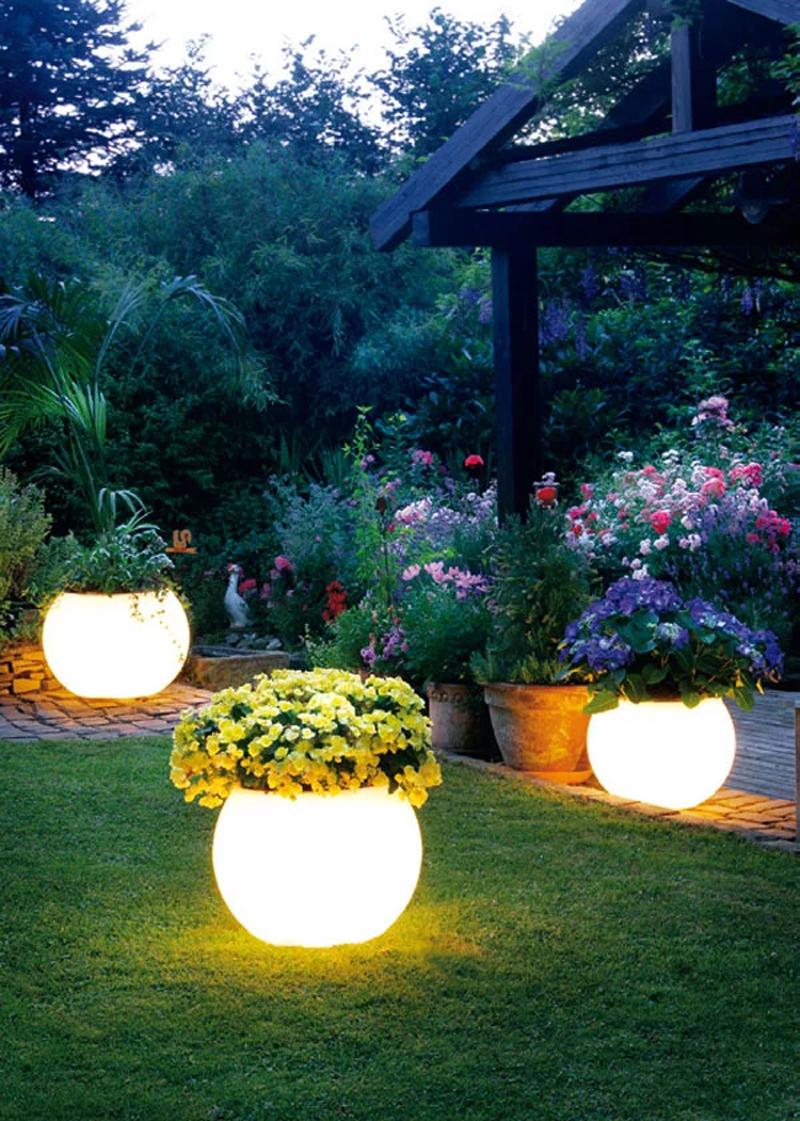 Мягкий рассеянный свет превращает сад в волшебную поляну
