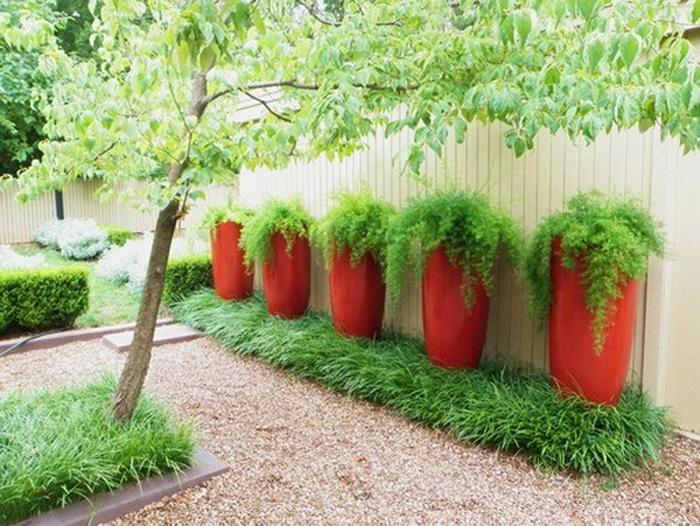 Если на участке зелени больше, чем ярких цветов, можно выбрать цветные контейнеры, сделав тем самым интересный акцент