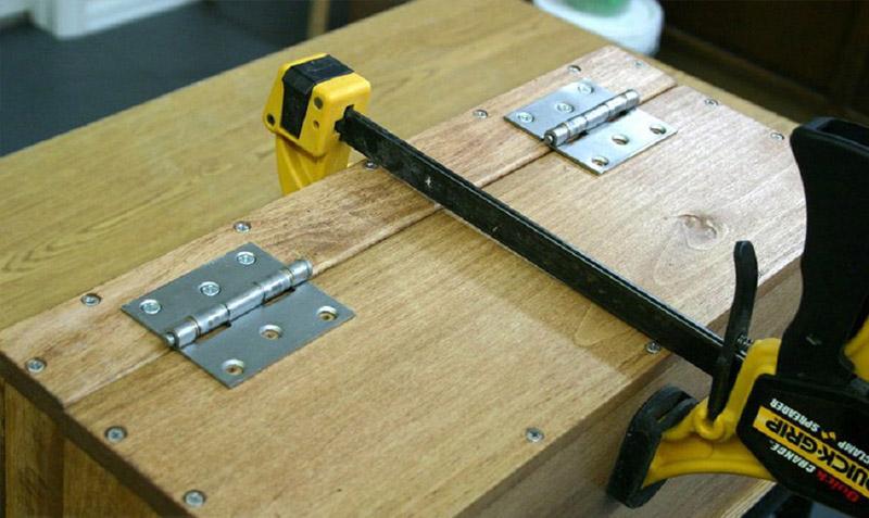 Соединить крышку с корпусом петлями (струбцины в помощь)