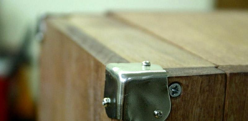 Устанавливаем металлические накладки, чтобы углы не деформировались