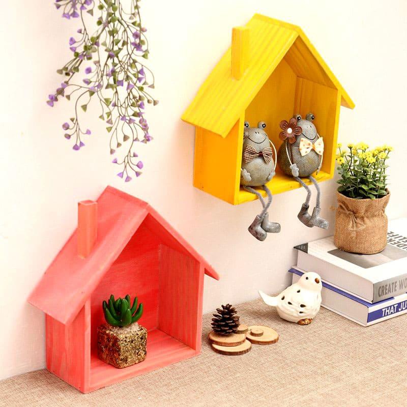 Маленькие домики на стенке можно заполнить игрушками или картинками с детской тематикой